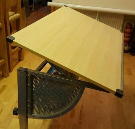 Neigung der Tischplatte verstellbar